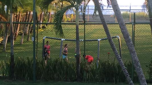 Vista Hacia La Cancha De Futbol 5 Y La Entrada A La Playa
